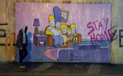 Coronavirus, in Pompeii a mural of the Simpsons on the sofa: